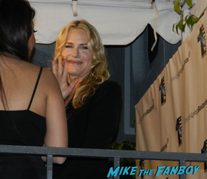 daryl hannah on the red carpet for her film greedy lying bastards daryl hannah signing autographs for fans 005