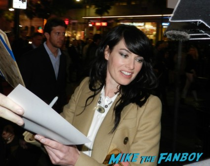 lena headey signing autographs at the Game Of Thrones Premiere After Party Cluster! With Lena Headey! Peter Dinklage! Nikolaj Coster-Waldau! Isaac Hempstead Wright! Gwendoline Christie! Charles Dance! Natalie Dormer! George R.R. Martin! Rory McCann! Autographs! Photos! Insanity! game of thrones world premiere chinese theater in hollywood 037