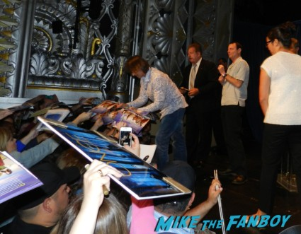 robert carlyle signing autographs for fans at the once upon a time paleyfest 2013 panel ginnifer goodwin hot 024