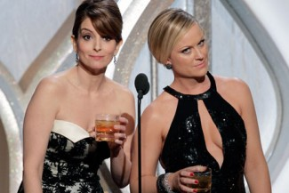 tina fey and amy poehler making fun of taylor swift at the golden globes tina-fey-taylor-swift-golden-globes-456