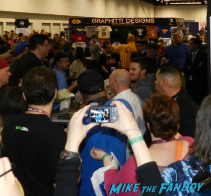 arrow autograph signing with stephen amell hot sexy rare promo sexy wondercon 2013 cosplay costumes convention floor rare 038