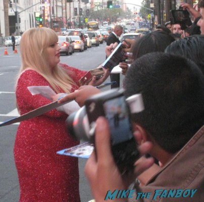 rebel wilson signing autographs  at the pain and gain movie premiere with marky mark wahlberg signed autograph rare promo hot