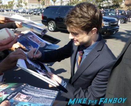 Daniel Radcliffe signing autographs for fans Daniel Radcliffe fan photo signing autographs for fans