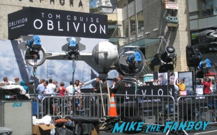 Oblivion Movie Premiere red carpet tom cruise prop ship Photo Gallery Preview! Tom Cruise! Morgan Freeman! Autographs! Photos! And More!