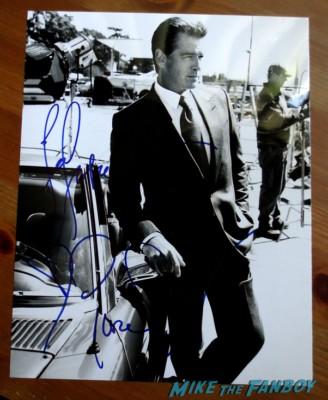 Pierce Brosnan signing autographs for fans Pierce Brosnan autograph signed photo rare james bond 007 rare hot remington steele