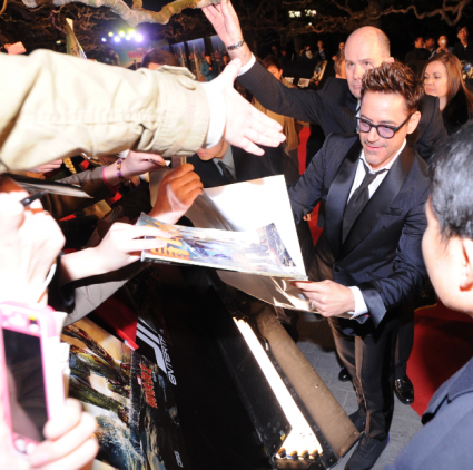 robert downey jr. signing autographs for fans in china Robert Downry Jr. Iron Man 3 press premiere china rare signing autographs for fans rare