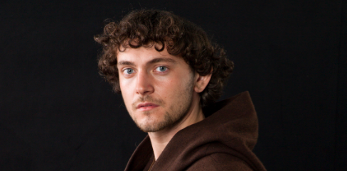 George Blagden (Les Miserables) who plays Athelstan press promo still vikings wonder con