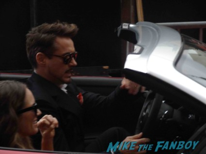 robert downey Jr signing autographs at the Iron Man 3 world movie premiere el capitan theater rare robert downey jr. rare promo