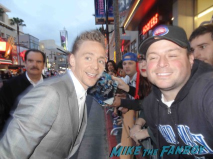 Tom Hiddleston rare fan photo signing autographs for fans iron man 3 premiere loki thor: The Dark World rare signature