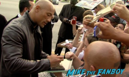 dwayne the rock johnson signing autographs  on the red carpet at the pain and gain movie premiere miami mark wahlberg hot sexy signing autographs (15)