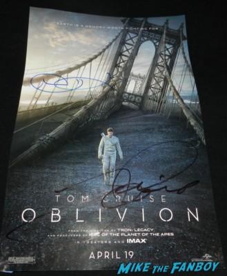 tom cruise signed autograph oblivion promo movie poster tom cruise signing autographs kesha hot sexy rare fan photo 025