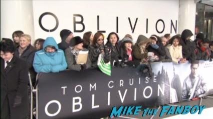 oblivion uk movie premiere red carpet tom cruise signing autographs oblivion uk movie premiere (1)