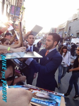 sexy chris pine signing autographs at star trek into darkness movie premiere signing autographs chris 017