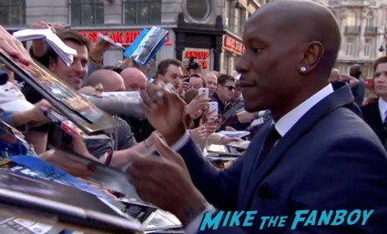 tyrese signing autographs Fast And Furious 6 London UK Premiere Report & Photo Gallery! Paul Walker! Luke Evans! Vin Diesel! Michelle Rodriguez! Jordana Brewster! Ludacris! Tyrese! Autographs! Photos! And More!