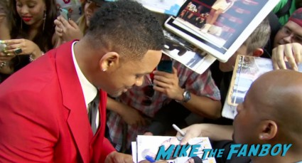will smith signing autographs for fans after earth movie premiere will smith red carpet signing autographs (3)