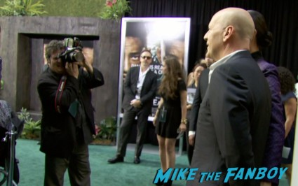 bruce willis arriving to the after earth movie premiere will smith red carpet signing autographs (9)