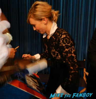 vera farmiga signing autographs at bates motel cast q and a paley center Vera Farmiga! Freddie Highmore! Max Thieriot! Nester Carbonell! Nicola Peltz! Autographs! Photos! And More! vera farmiga freddie highm 011