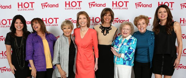 hot in cleveland mary tyler moore show reunion red carpet cast photo