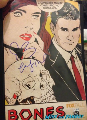 david boreanaz emily deschanel signed bones mini poster fox fanfront 2013 signing autographs david borenaz (30)