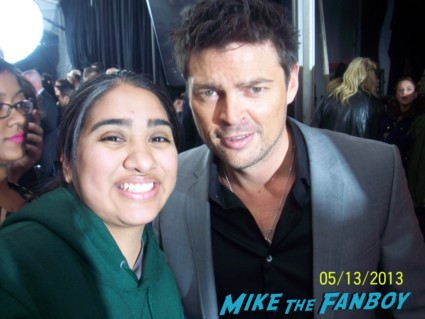 karl urban signing autographs fox fanfront 2013 signing autographs david borenaz (4)