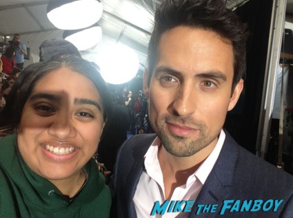 ed weeks signing autographs fox fanfront 2013 signing autographs david borenaz