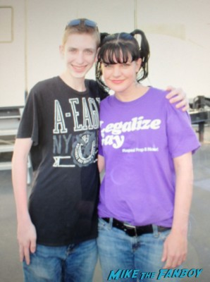 Pauley Perrette signing autographs for fans ncis set visit rare promo hot abby signature rare