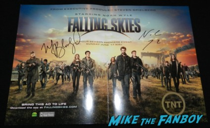 noah wyle and moon bloodgood signed falling skies mini poster signing autographs for fans hot sexy jack burton 009