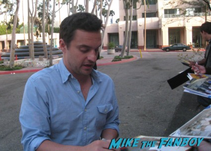 Jake Johnson signing autographs at new girl cast q and a rare new girl cast signing autographs jake johnson (1)