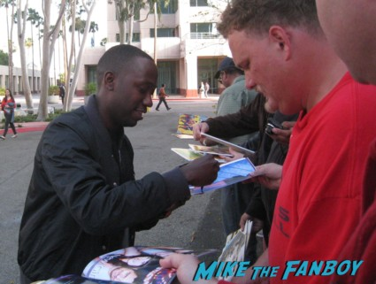 Lamorne Morris signing autographs at new girl cast q and a rare new girl cast signing autographs jake johnson (1)