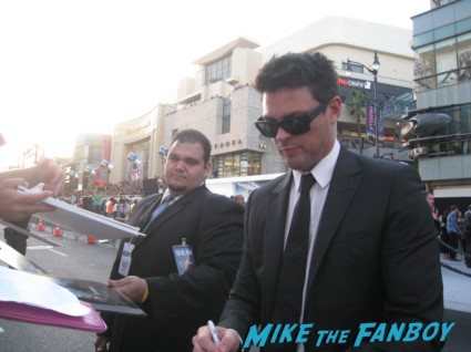 karl urban signing autographs at the  arriving to the star trek into darkness los angeles premeire chris pine zoe saldana