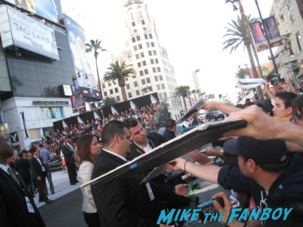 zachary quinto signing autographs at the  arriving to the star trek into darkness los angeles premeire chris pine zoe saldana