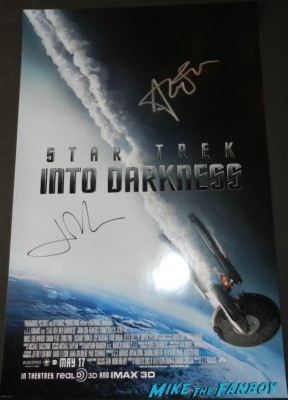 star trek into darkness signed autograph movie poster John cho and alice eve signing autographs for fans star trek into darkness photo rare hot  movie premiere signing autographs chris 004