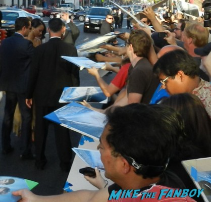 zoe saldana signing autographs at star trek into darkness movie premiere signing autographs chris 017