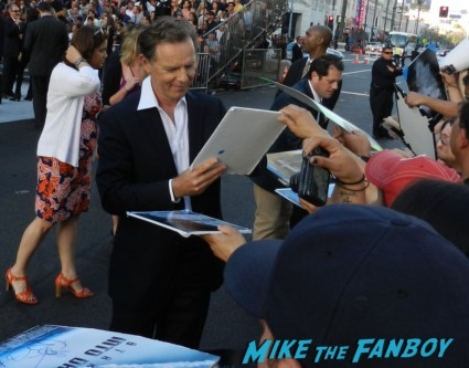 bruce greenwood signing autographs at the star trek into darkness movie premiere signing autographs chris 095