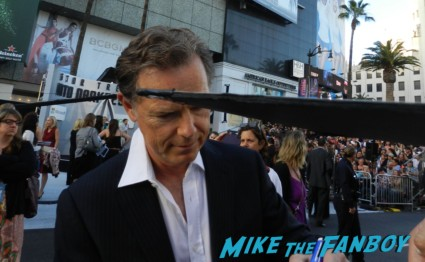 bruce greenwood signing autographs at star trek into darkness movie premiere signing autographs chris 017