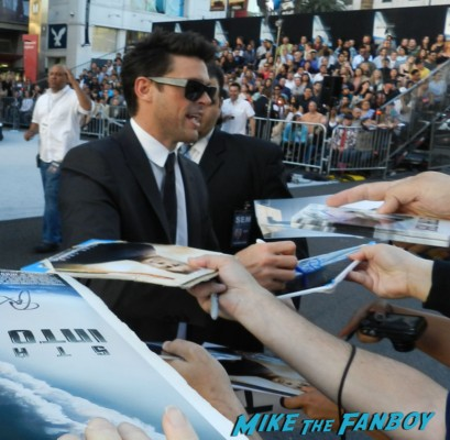 Karl Urban signing autographs at the star trek into darkness movie premiere signing autographs chris 095