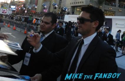 karl urban signing autographs at star trek into darkness movie premiere signing autographs chris 017