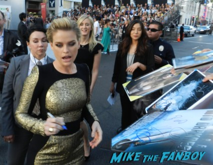 alice eve signing autographs at the star trek into darkness movie premiere signing autographs chris 095