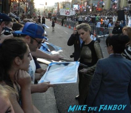 sexy alice eve signing autographs at star trek into darkness movie premiere signing autographs chris 017