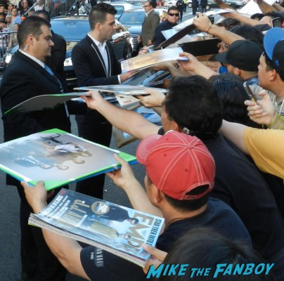 zachary quinto signing autographs at the star trek into darkness movie premiere signing autographs chris 095