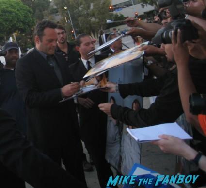 vince vaughn signing autographs at the internship movie premiere red carpet vince vaughn owen wilson signing autographs (11)
