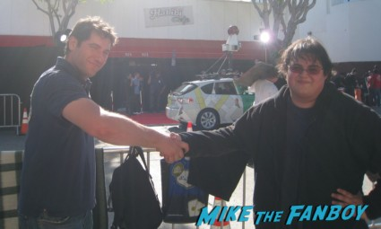 mike the fanboy and Ace making a bet the internship movie premiere red carpet vince vaughn owen wilson signing autographs (2)