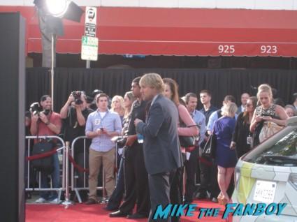 owen wilson signing autographs at the internship movie premiere red carpet vince vaughn owen wilson signing autographs (11)