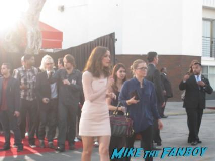 rose byrne signing autographs at the internship movie premiere red carpet vince vaughn owen wilson signing autographs (11)