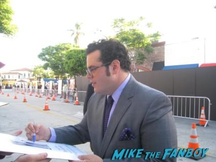 josh gad signing autographs the internship movie premiere red carpet vince vaughn owen wilson signing autographs (5)
