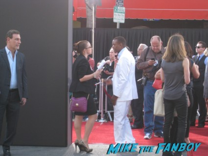 tommy davidson  signing autographs the internship movie premiere red carpet vince vaughn owen wilson signing autographs (5)