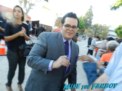 josh gad signing autographs at the internship movie premiere vince vaughn signing autographs 083