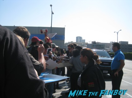 Russell Crowe signing autographs for fans photo hot sexy gladiator star rare