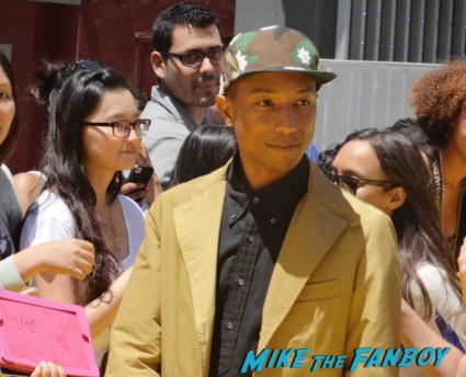 Pharrell signing autographs Despicable Me 2 movie premiere red carpet steve carell rare