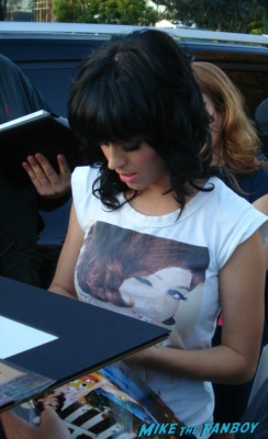 Katy Perry signing autographs for fans at the tonight show with jay leno